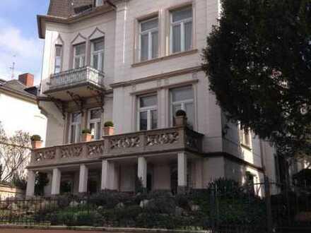 Geschmackvolle Maisonette-Wohnung mit vier Räumen und Einbauküche in Wiesbaden
