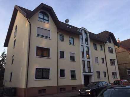 Großzügige, renovierte 4-Zimmer-Wohnung mit Balkon und 2 TG-Stellplätzen in Bestlage