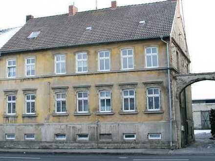Großes Gewerbe-Grundstück mit einem Mehrfamilienhaus und diversen Garagen/Hallen