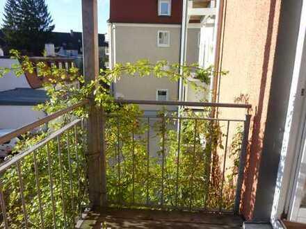 Charmante 2 Zimmer Wohnung in renoviertem Altbau mit Wohnküche und Balkon