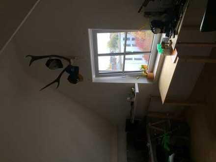 WG Zimmer in geräumiger Dachgeschoss Wohnung