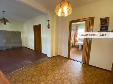 IMMOBERLIN: Simples Einfamilienhaus mit Südgarten auf großem Grundstück
