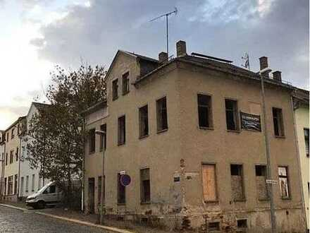 Renovierungsbedürftiges Mehrfamilienhaus mit großem Potential
