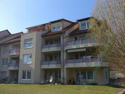 Gepflegte 2,5 Zimmer Dachgeschosswohnung mit Balkon, Küche und PKW Stellplatz