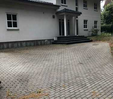 Schönes Einfamilienhaus mit Schwimmhalle und großem Garten