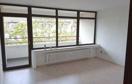 Frisch Renovierte 3 Zimmer mit Balkon und Aufzug (3 OG li)