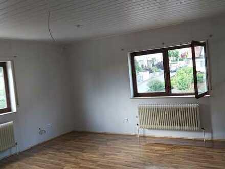 Helle, preiswerte, modernisierte 3-Zimmer-Wohnung in Burgkunstadt, großes Wohnzimmer