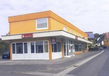 Repräsentativer Laden mit großer Schaufensterfront direkt an der Ortsdurchfahrt inkl. Stellplätzen