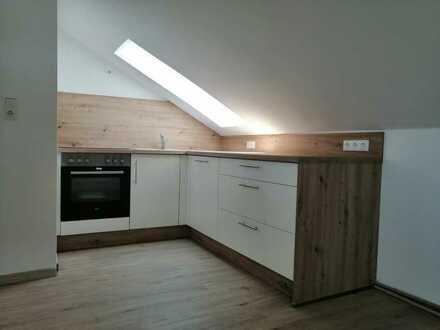 Vollständig renovierte DG-Wohnung mit zweieinhalb Zimmern und EBK in Amberg