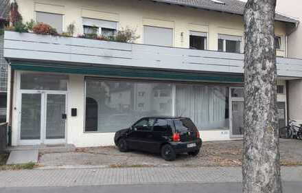 Praxis / Büro / kleiner Laden mit großem Schaufenster und Straßenbahnhaltestelle