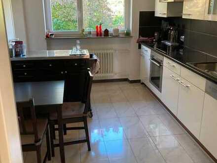 Zimmer in zentraler Lage mit großer Küche und Badezimmer mit Badewanne