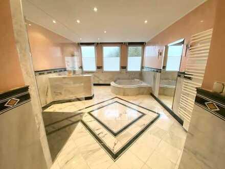 Großzügige 4,5-Raumwohnung mit Parkett, Einbauküche, Vollbad, Gäste-WC, Terrasse und Pkw-Stellplätze