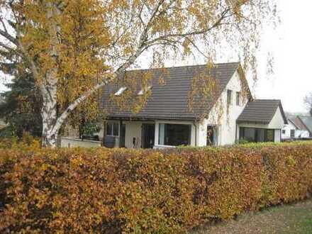 Einfamilienhaus mit Einliegerwohnung und Garage im Grünen