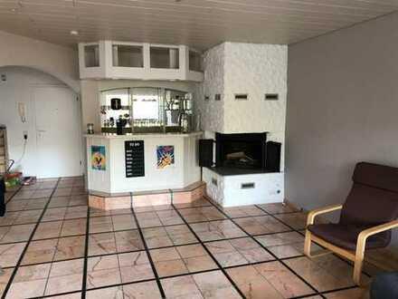 Schönes Teilmöbliertes Zimmer in einer hoch qualitativen Wohnung abzugeben! Bar/Kamin/Balkon...