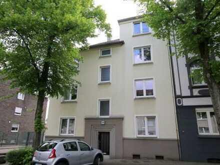 Schöne Altbauwohnung mit ca. 61 m² Wohnfläche, 2 Zimmern, Wintergarten und großer Wohnküche