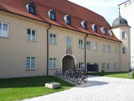 Wohnen im Schloss Mering / Helle 2,5 Zimmerwohnungen mit hoher Deckenhöhe und Parkett (Eiche hell)