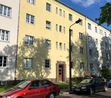 2-Raum-Wohnung im schönen Wahren sucht!