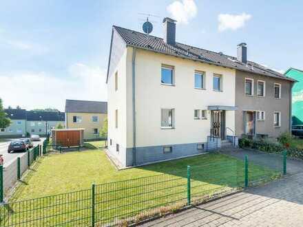 Attraktive Doppelhaushälfte auf sonnigem Gartengrundstück mit zwei Garagen zu verkaufen!