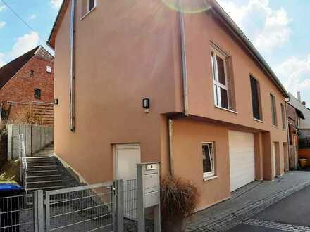 Neuwertige Wohnung mit eigenem Eingang - top ausgestattet, mit Einbauküche und Garage!