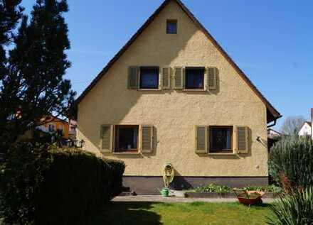Schöne Doppelhaushälfte mit großem Garten und Garage, ruhige Lage