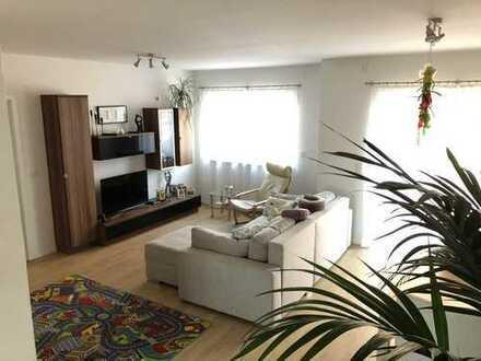 Neuwertige, lichtdurchflutete 4-Zimmer-Wohnung mit Balkon in Langenselbold