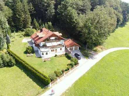 Wohnung mit Terrasse, großen Garten und Blick in die Berge in einem Einfamilienhaus