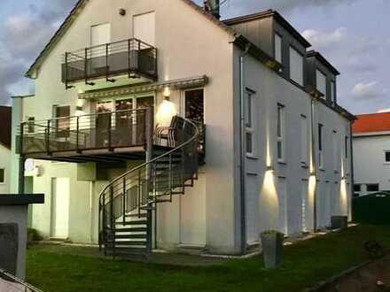 Einfach nur einziehen: vollmöblierte 5-Zimmerwohnung mit 2 Balkons, Klimaanlagen und Kachelofen