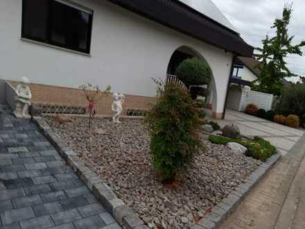Provisionsfrei! Schöne Dachgeschosswohnung im gepflegten Anwesen - Bungalowstil