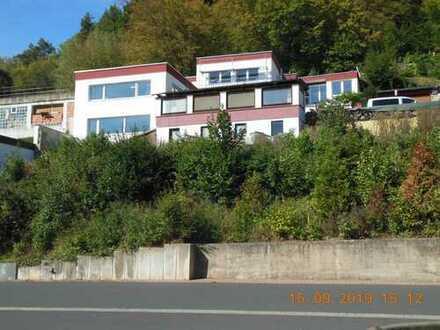 Wunderschöne Südlage oben am Hang, mit Fernsicht. Zwei Stockwerke mit 2,5-Zimmern