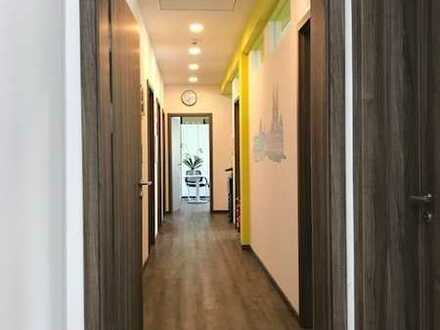 Zentral! Neu-/Hochwertige Büroetage im 1. St. eines Geschäftshauses: 3 helle Räume, etc.+ Parkplätze