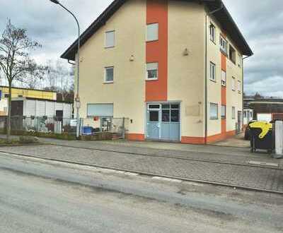Vielseitig nutzbare Gewerbeeinheit mit zwei großzügigen Wohnungen
