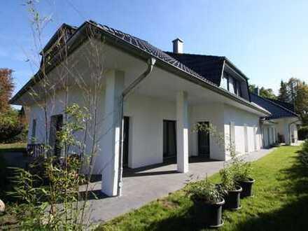 --neuwertiges 2-Familienhaus mit XXL-Grundstück--