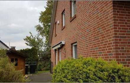 Doppelhaushälfte mit Doppelcarport, Einbauküche, HWR, ausgebautem Dach und Garten in ruhiger Lage