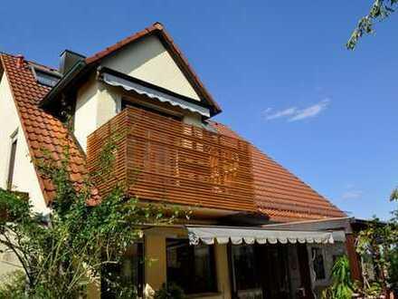 Schönes Zweifamilienhaus mit zwei Einzelgaragen in ruhiger Wohnlage