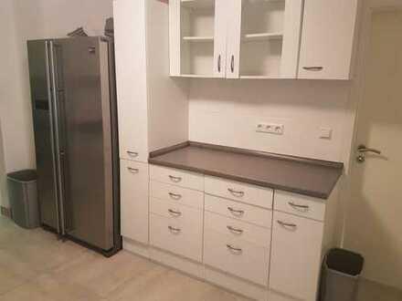 Komplett renovierte WG-Wohnung mit Einbauküche!