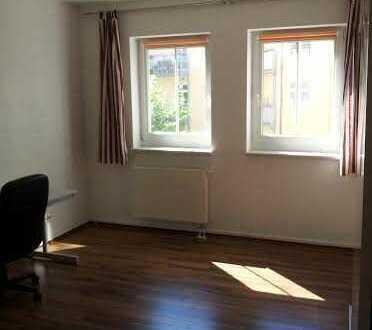 Zimmer in Geräumiger und geflegter 90m² Wohnung zu vermieten.