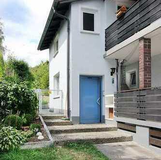Freistehendes 3-Familienhaus mit grossem Garten und 3 Garagen.