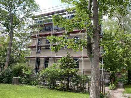 ERSTBEZUG nach Sanierung - Wohnen im Grünen mitten im Zentrum: 3-Zi.-Wohnung mit Balkon und Terrasse