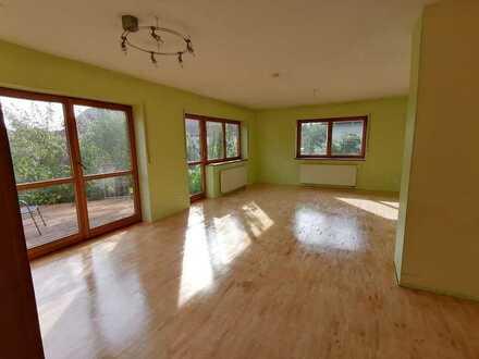 Großzügige 2-Zimmer-Wohnung inkl. Terrasse, Gartenmitbenutzung und Holzhaus