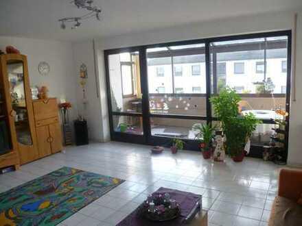Großzügige und helle 3 Zimmer Wohnung mit 10 m² großem Wintergarten