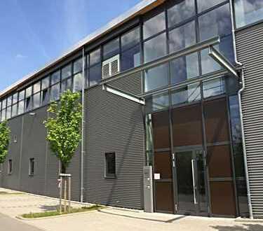 Vielseitig nutzbare Industriehalle mit Büroflächen und eingezäunter Außenanlage