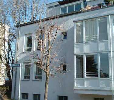 Großzügige, helle, komplett sanierte 3 Zimmerwohnung mit Balkon und Garage