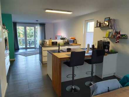 Neuwertige 4-zimmer-Wohnung mit Balkon und Einbauküche und Garten