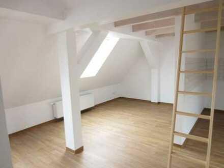 Dachgeschoß-Appartement mit Balkon in Bahnhofsnähe