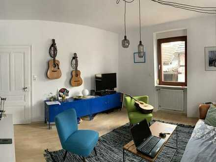 Exklusive, modernisierte 2-Zimmer-Hochparterre-Wohnung mit Terrasse und EBK in Frankfurt am Main