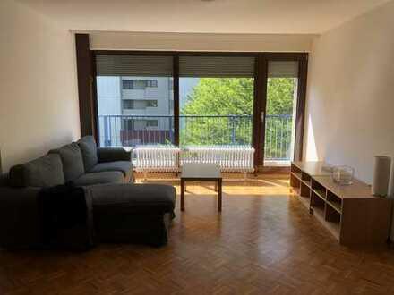 Stilvolle, modernisierte 4-Zimmer-Wohnung mit Balkon und Einbauküche in Frankfurt