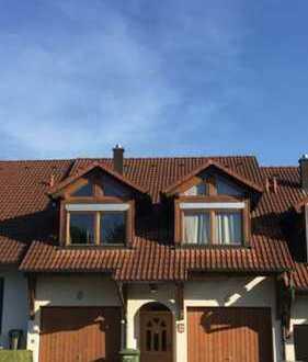 Gepflegte 2-Zimmer-EG-Wohnung mit Terrasse und Einbauküche in Villingen