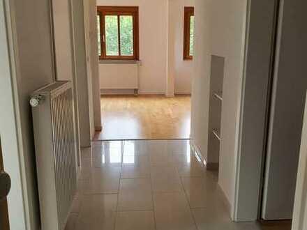 schöne 2,5 DG-Wohnung mit EBK -sofort bezugsfrei plus Garage