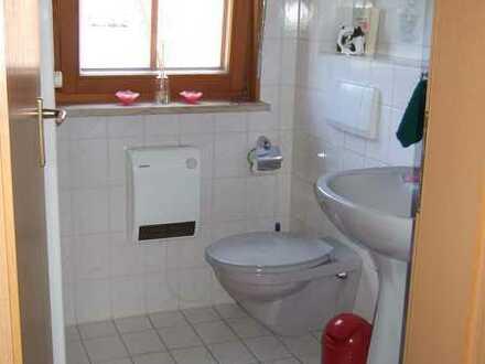 Gepflegte 2,5-Raum-Dachgeschosswohnung mit Balkon und Einbauküche in Büttelborn