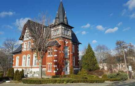 Großzügige, hochwertig möblierte DG-Wohnung (2.OG) in historischer Villa - inkl. 5 Außenstellplätze